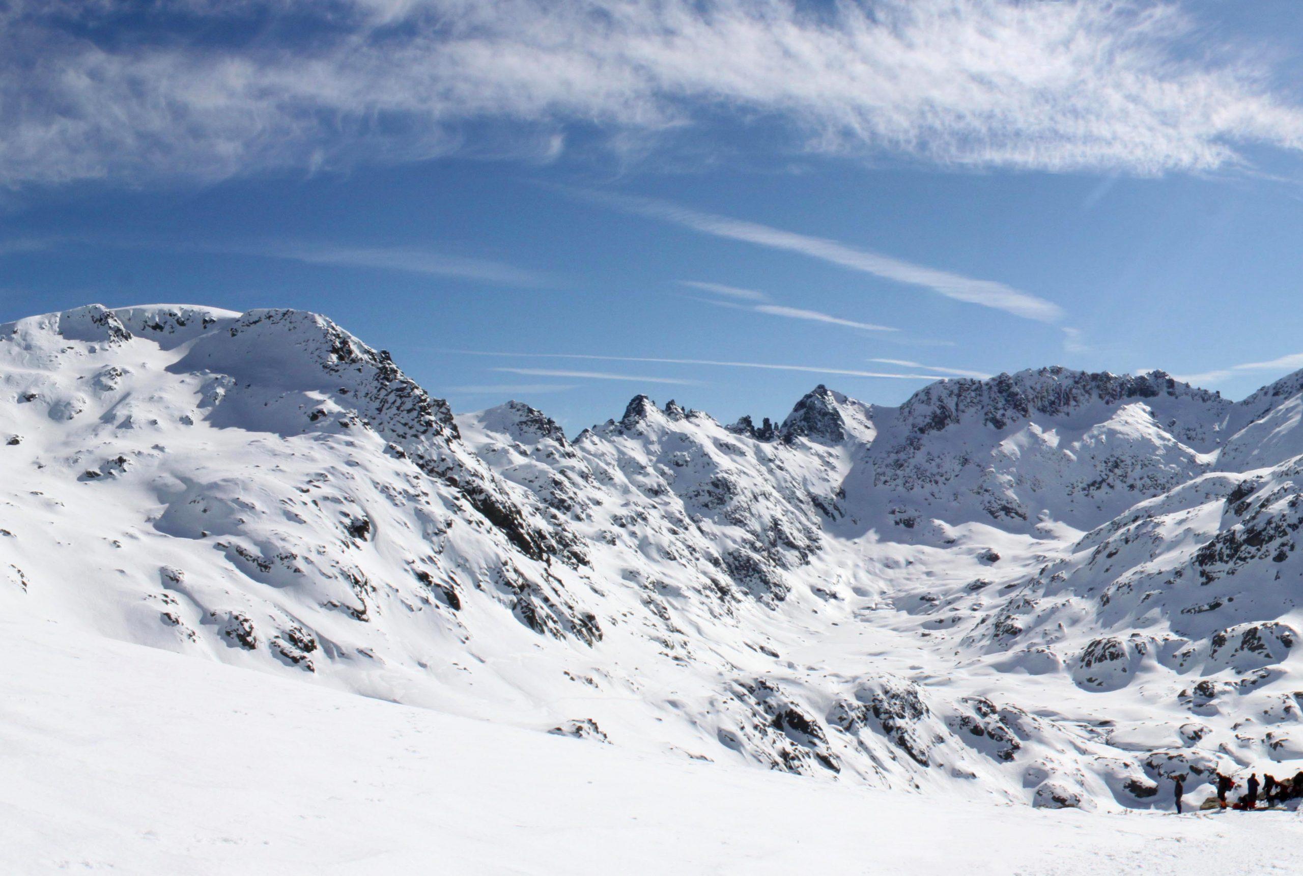 Sierra de Gredos. Senderismo invernal con raquetas de nieve.