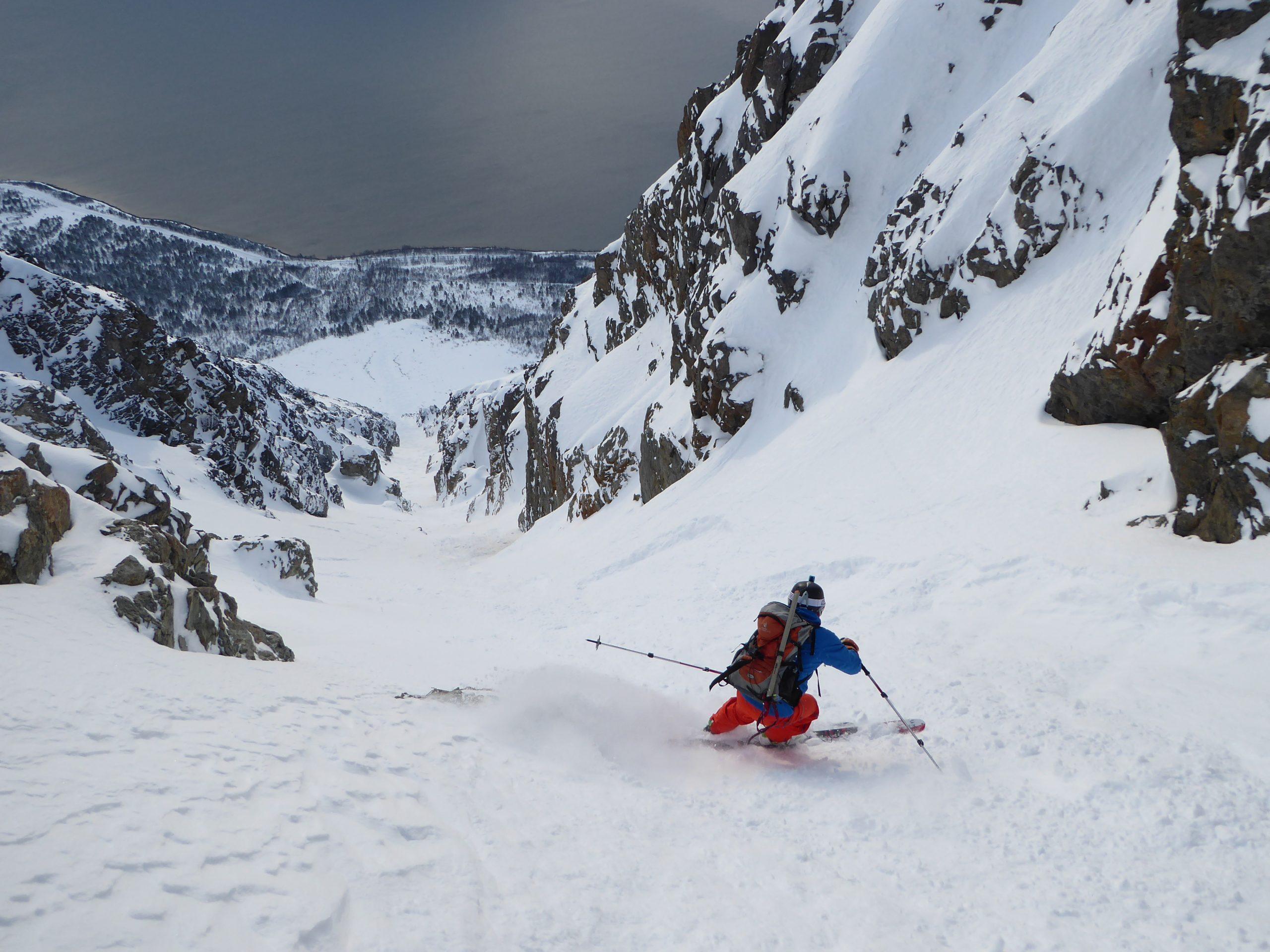 Freeride, esquí en fuertes pendientes. Alpes de Lyngen, Noruega