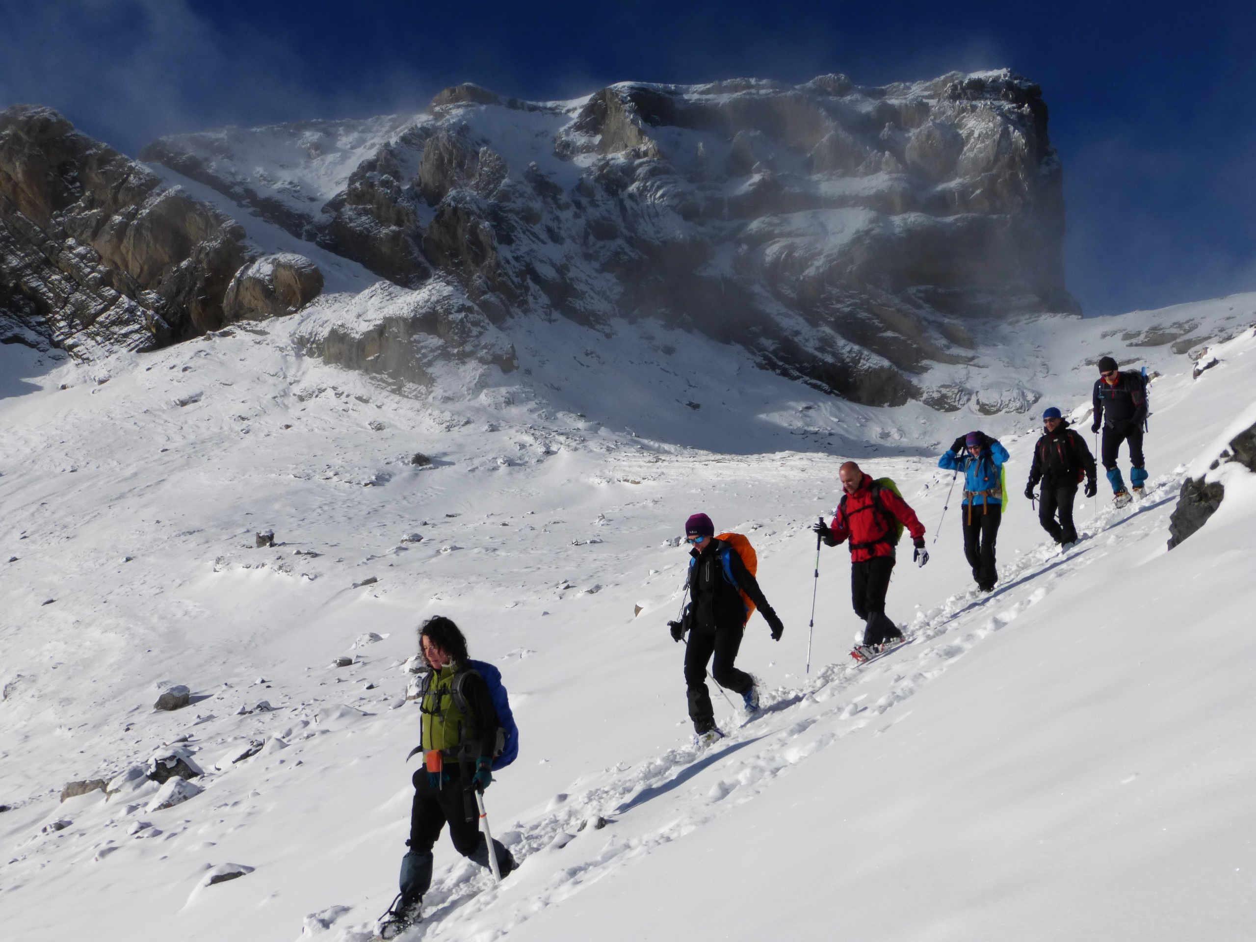 Excursiones con raquetas de nieve en el Valle de Ordesa.Pirineo Aragones