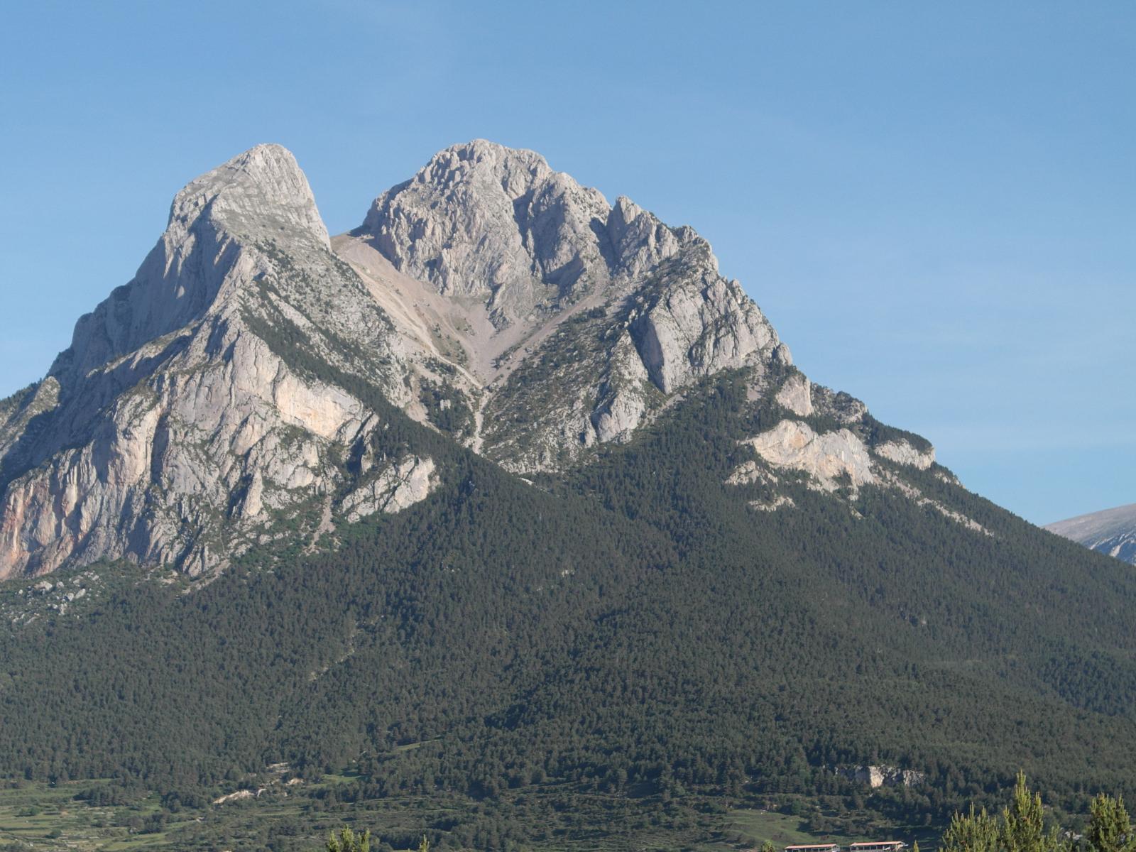 Ascenso al Pedraforca en el día. Emblema del prepirineo catalán